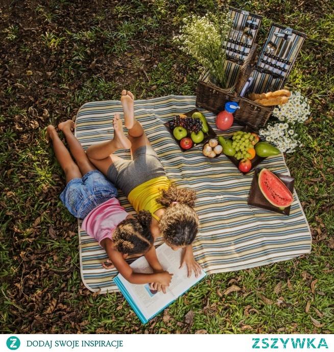 Ogród – zadbaj o aktywność i wypoczynek dzieci.  Wspinanie, bujanie, zjeżdżanie, skakanie to tylko niektóre z aktywności fizycznych jakich dostarczają dzieciom zabawki ogrodowe.  Podczas urządzania strefy zabaw we własnym ogródku lub ogrodzie, często zapominamy o miejscach do wypoczynku. Sprawdź kilka inspiracji na aktywność oraz relaks dla dzieci.
