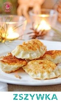 Pierogi z ziemniakami babci   ciasto:      250 g mąki pszennej     1 jajko     1-2 łyżki oleju     pół łyżeczki soli     około pół szklanki ciepłej wody  farsz:      około 500 g ugotowanych ziemniaków     2 średnie cebule     około 2-3 łyżki kwaśnej śmietany     sól do smaku     czarny pieprz do smaku  Wykonanie      Cebule pokrój w drobną kostkę i zeszklij na patelni, dopraw solą i czarnym pieprzem - przestudź.     Ugotowane ziemniaki przepuść przez praskę, albo bardzo dokładnie rozbij tłuczkiem.     Dodaj do nich śmietanę i razem wymieszaj, dodaj cebulę, sól i czarny pieprz - dokładnie wymieszaj i dopraw jeśli farsz tego potrzebuje (farsz może być lekko za słony, bo ciasto jest mało solone, nie zapomnij dodać dużo czarnego pieprzu :)).     Z mąki, jajka, oleju, soli i części wody zacznij wyrabiać ciasto (my to robimy mikserem z końcówką hakiem), dodawaj stopniowo pozostałą wodę - ciasto ma być gęste, ale elastyczne.     Blat posyp mąką, oderwij część ciasta i rozwałkuj na cienki placek - w razie konieczności podsypuj odrobiną mąki.     Szklanką wycinaj koła, możesz je dodatkowo lekko rozciągnąć w palcach, aby ciasto było cieńsze.     Nakładaj na środek ciasta czubatą łyżeczkę farszu ziemniaczanego i złóż ciasto w pierożek i dokładnie sklej brzegi.     Gotuj pierogi w osolonej wodzie z dodaną odrobiną oleju - pierogi gotuj przez około 7-10 minut od wypłynięcia.     Aby pierogi po ugotowaniu się nie sklejały możesz je przelać odrobiną oleju.     Pierogi podawaj od razu ze skwarkami albo podsmażoną cebulką, albo potem odsmażone