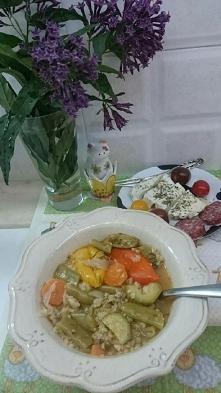Szybko i zdrowo. 2 garstki kaszy do krupniku na 0,5 l wody wrzucamy. Obieramy i myjemy warzywa, marchew, parę fasolek zielonych (mrożone też mile widziane), papryczka kolorowa, ...