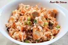 Marokańska sałatka z kurczakiem  Składniki (2porcje): 120 g ryżu 2 piersi kurczaka 1 duża marchewka, drobno pokrojona lub starta na tarce 1/4 szklanki posiekanych oliwek 1/4 szk...