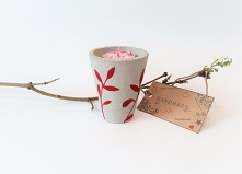 Świecznik z czerwienią - Paka Maka Oryginalny, bardzo ładny ręcznie wykonany z betonu świecznik na tealighty ozdobiony roślinnością wykonaną z tkaniny w kolorze głębokiej czerwi...