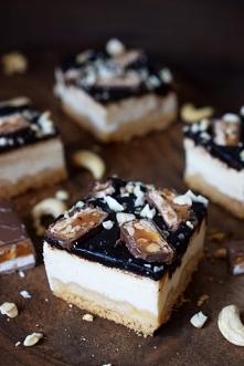 Sernik z polewą czekoladową i snickersami