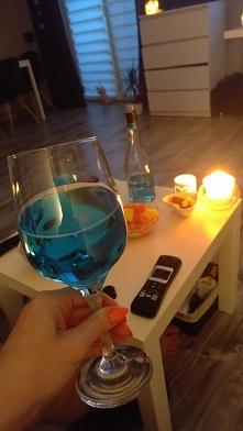 Niebieski napój alkoholowy Hugo :)