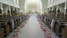 Ślubna dekoracja kościoła w kolorze czerwieni
