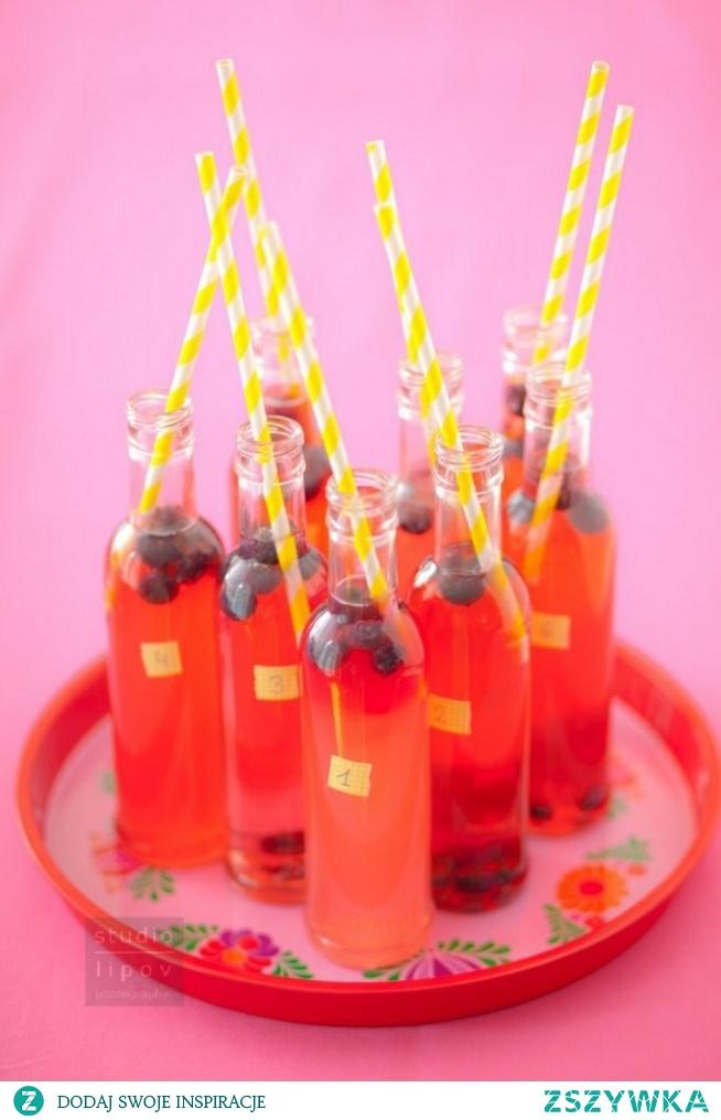 Lemoniada jagodowa  200 g mrożonych jagód  4 schłodzone pomarańcze  2 łyżki miodu  2 łyżki syropu malinowego  1 l wody  Z pomarańczy wycisnąć sok, wymieszać go z miodem, syropem malinowym i wodą. Do szklanek włożyć zamrożone jagody (będą działać jak kostki lodu), zalać lemoniadą. To wszystko. Smacznego!