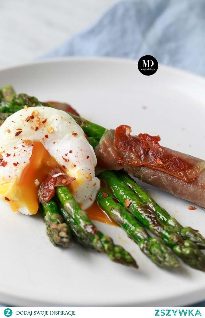 Szparagi w szynce parmeńskiej z jajkiem w koszulce. Porady jak przygotować danie wcześniej dla większej liczby gości.