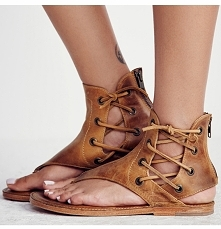 Bardzo modne i stylowe sandały damskie o fasonie rzymianek. Wiązane rzemykami po bokach, z odkrytą piętą i palcami. Świetne do jeansów, jak i sukienek. Bardzo boho! Kliknij w zd...