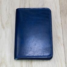 Portfel skórzany posiada trzy obszerne kieszenie w które idealnie pasuje dowód rejestracyjny lub banknoty. Dodatkowo portfel wyposażony jest w trzy przegrody idealnie nadające s...