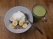 granola z jogurtem i owocami + matcha latte
