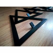 Wieszak metalowy na ubrania DELTA producenta FLOXXY to zaprojektowane rozproszone trójkąty równoboczne. Kolejny wieszak metalowy przedstawiający figury geometryczne o różnych wi...
