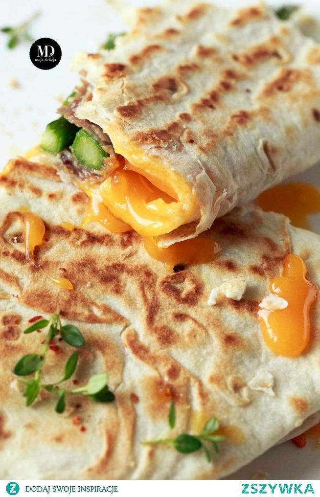 Tortilla (piada) ze szparagami, szynką parmeńską, jajkiem, tymiankiem i oregano z mozzarellą i dressingiem