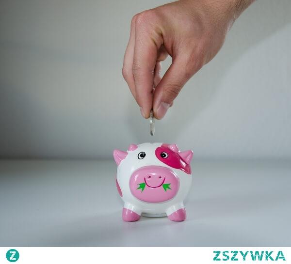 """Oszczędzanie pieniędzy – Optymalizator życia - Sebastian Schabowski. Sekrety skutecznego oszczędzania ujawnione:  """"Jak dzięki zrozumieniu pewnych idei zacząć skutecznie oszczędzać, przestać się martwić o pieniądze i wejść na szybką drogę do spełnienia swoich marzeń?""""  Obalamy mity na temat oszczędzania i dajemy Ci wiedzę na temat sposobu myślenia ludzi, którzy zaczęli skutecznie oszczędzać i ze spokojem myślą o swoich finansach."""
