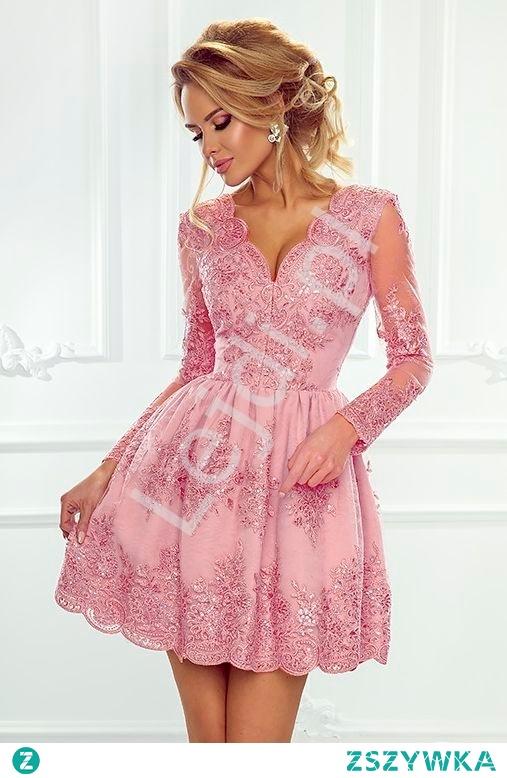 Koronkowa sukienka wieczorowa w wyjątkowym kolorze cukierkowego różu. Sukienka z delikatnej koronki z długim przeźroczystym rękawem obszytym gipiurową koronką. Sukienka w pięknym odcieniu różowym z pięknie podkreśloną talią i dekoltem w literę V. Brzegi dekoltu i spódnicy lekko pofalowane. Cieniutki wierzchni materiał sukienki obszyty koronkowymi aplikacjami nadaje sukience elegancji i delikatności. Sukienka pięknie się układa podkreślając kobiecą sylwetkę.