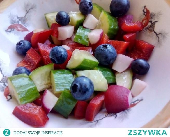 Papryka, ogórek, rzodkiewki i borówki :) Czego więcej chcieć do szczęścia? <3 2 śniadanie jak znalazł :)