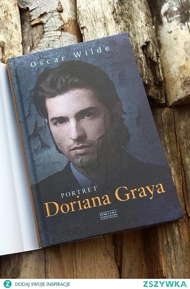 """Portret Doriana Graya - Portret Doriana Graya jest powieścią uniwersalną, w której współczesny czytelnik może odnaleźć własne problemy i rozterki. To lektura obowiązkowa dla wszystkich, którzy w świecie wszechobecnych obrazów i wizerunków szukają własnego oblicza i kształtują obrazy innych, a także dla wszelkiej maści moralistów, którzy nazbyt łatwo szafują potępiającymi wyrokami. Moglibyśmy powiedzieć za Gombrowiczem, który wyciągnął z lektury Wilde'a znakomitą lekcję, że """"człowiek jest najgłębiej uzależniony od swego odbicia w duszy drugiego człowieka, chociażby ta dusza była kretyniczna"""".  Portret Doriana Graya jest bez wątpienia duchową autobiografią Oscara Wilde'a. Sam artysta uważał, że bohaterowie tej powieści odzwierciedlają różne cechy jego osobowości. Autor pisał w jednym z listów – Portret… """"zawiera wiele ze mnie. Bazyli Hallward jest tym, za kogo się uważam; lord Henryk – tym, za kogo uważa mnie świat; Dorian – tym, kim chciałbym zostać – być może w innych czasach""""."""