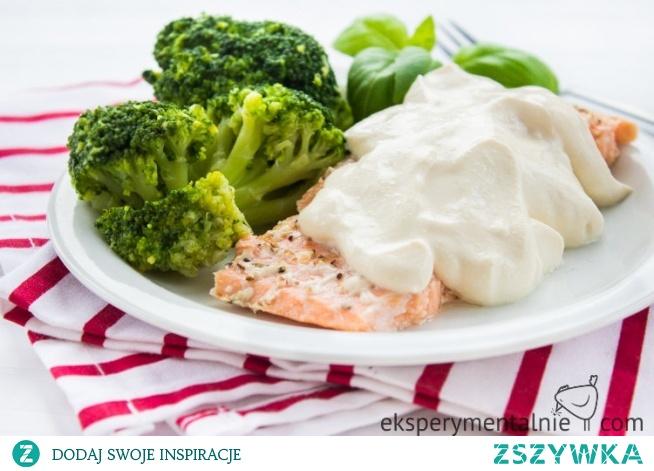 Przepis na zdrowy obiad, a do tego szybki i prosty. Przepis przypadnie do gustu fanom ryb i słonego smaku sera feta. Ryba w sosie serowym nadaje się też na kolację.