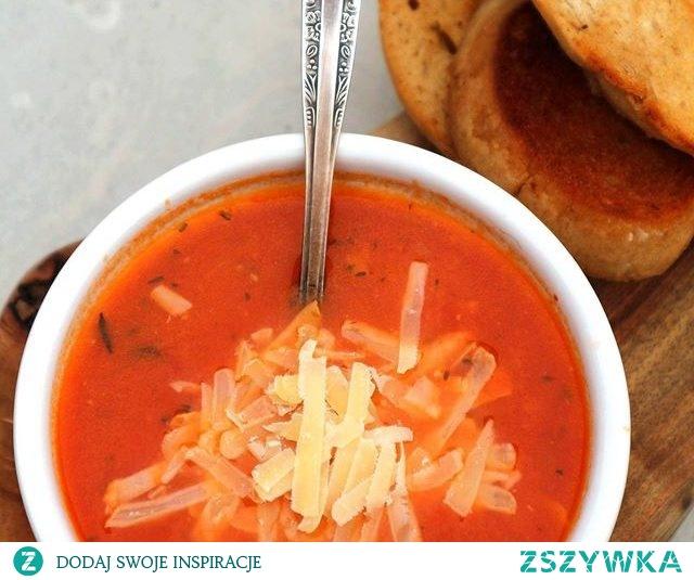 Zupa pomidorowa z serem i grzankami  2-3 ząbki czosnku ½ cebuli 1 marchewka ½ łyżeczki tymianku 1 łyżeczka koncentratu pomidorowego 1 puszka pomidorów 500 ml domowego bulionu warzywnego lub drobiowego 4 łyżki startego sera bursztyn lub parmezanu 4 kromki pieczywa na zakwasie 2 łyżki masła 1 łyżka oliwy Sól, pieprz  Na 1 łyżce masła podsmażamy posiekaną w kostkę cebulę i przesiekane ząbki czosnku. Kiedy cebula z czosnkiem się zeszkli dodajemy pokrojoną w plasterki marchewkę i smażmy 1 minutę. Dodajemy koncentrat pomidorowy smażymy 1 minutę. Dodajemy pomidory z puszki, tymianek – wlewamy bulion i gotujemy zupę około 15-20 minut lub do momentu kiedy marchewka będzie miękka. Zupę blendujemy, doprawiamy do smaku solą i pieprzem. Pieczywo smarujemy masłem i smażymy na patelni do momentu zarumienienia się z kromek na piękny złoty kolor. Zupę nalewamy do 4 miseczek posypujemy serem i serwujemy z grzankami, smacznego