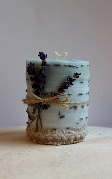 Niebieska świeczka wykonana w stylu prowansalskim z dodatkiem lawendy i ozdobnej, jutowej tasiemki.