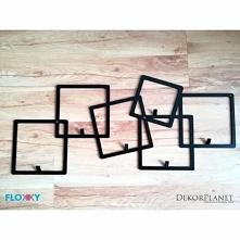 Metalowy wieszak na ubrania QUADRO firmy FLOXXY to znane figury geometryczne w kształcie kwadrata. Oryginalny Design z rozproszonymi kwadratami wspaniale spełnia funkcję praktyc...