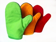 Komplet 3 rękawic o wielkości 19 na 25 cm. Każda z rękawic ma po dwie struktury- jedna strona to jedna faktura. Ze względu na materiał dzielimy je na : śliską, miękką i drapiącą...