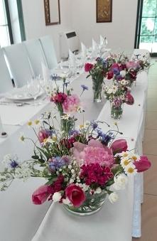 Polne kwiaty na stołach wes...