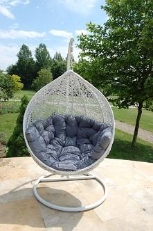 Fotel ogrodowy Cocoon idealny na popołudniowy relaks w ogrodzie