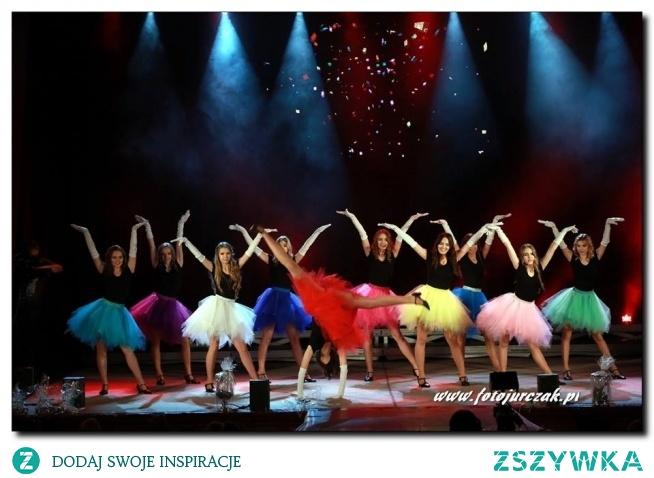 Puszyste, szarpane spódniczki tiulowe marki Lulu Design dostępne w wielu kolorach. Występ podczas wyborów Miss Beskidów. Zdjęcie Sławomir Jurczak