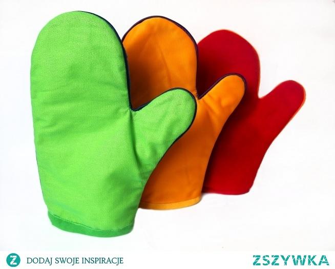 Komplet 3 rękawic o wielkości 19 na 25 cm. Każda z rękawic ma po dwie struktury- jedna strona to jedna faktura. Ze względu na materiał dzielimy je na : śliską, miękką i drapiącą. Wewnątrz wszyty jest materiał pikowany. Cała rękawica obszyta jest wypustką i wykończona lamówką. Kolory rękawic dobrane są tak aby najmłodsi oprócz stymulacji dotyku uczyli się nazw kolorów. Występuje 6 kolorów, dopełnieniem siódmego jest worek. Praca z rękawicami polega na masowaniu dziecka, aktywujemy w ten sposób doznania sensoryczne. Druga możliwość to wspólne masowanie się dzieci po twarzy, przedramieniu, karku; zadaniem dziecka głaskanego może być odszukanie tej rękawicy lub opisanie odczuć.Zabawa uczy wzajemnej współpracy, zauważania reakcji i emocji drugiej osoby i odpowiedniego reagowania na nią. Wielkość rękawicy pozwala na korzystanie z niej zarówno dorosłego jak i dziecka.  *faktury materiałów mogą się zmienić w zależności od dostępności tkanin