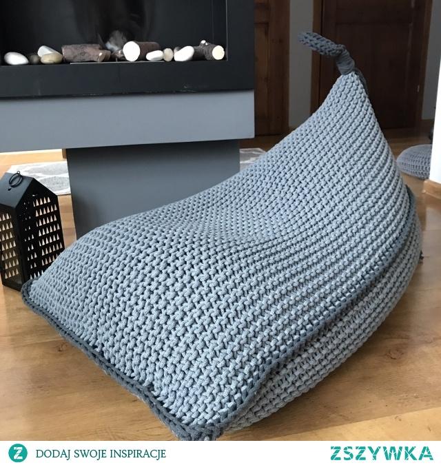 Dziergana pufa to nie tylko wygodne siedzisko, ale dzięki wyrazistemu ściegowi i kolorowi, będzie stanowiła też prawdziwie dekoracyjny, zwracający uwagę element. Ten pufy będzie prawdziwą ozdobą każdego wnętrza. Sprawdzi się w salonie ,pokoju dziecięcym, przedpokoju lub tarasie, jako siedzisko, podnóżek, stolik lub doskonałą formą zabawy dla dzieci. Idealnie wkomponuje się w przestrzenie w stylu skandynawskim, rustykalnym i wielu innych.
