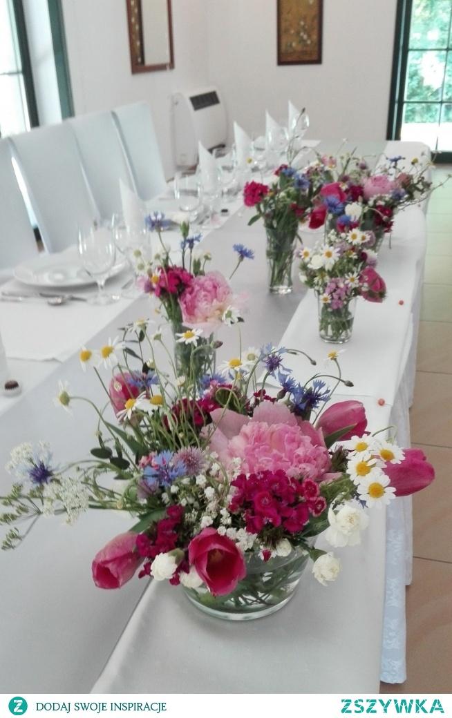 Polne kwiaty na stołach weselnych