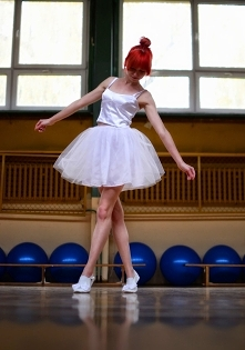 Baletki, wstążki, sukienki z błyszczącego tiulu... Która z Was nie chciałaby choć na chwilę tańczyć tak pięknie i lekko jak baletnica? Zawsze podziwiałam tancerki unoszące się n...