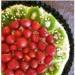 NAJPROSTRZA letnia, owocowa, tarta kakaowa :)  Składniki: - 350g ciasteczek owsianych z orzechami - 2 łyżki kakao - 120g masła  - 1 budyń waniliowy bez cukru - 300ml zimnego mleka - 1 łyżka cukru brązowego - 50g masła  Sposób przygotowania: Ciastka zblendować z kakao i roztopionym masłem na mokry piasek. Wyłożyć formę tortownicy i wstawić do lodówki w celu schłodzenia. Budyń przygotować według zaleceń z opakowania (z tym, że zamiast 500ml mleka dajemy 300ml). Po ostudzeniu miksujemy na gładki krem z masłem.  Ozdabiamy:  na zdjęciu truskawki, kiwi, starta czekolada i siekane migdały, ale ozdobić można tym co dusza zapragnie.  Zajadać schłodzone przynajmniej kilka godzin. Smacznego ^^
