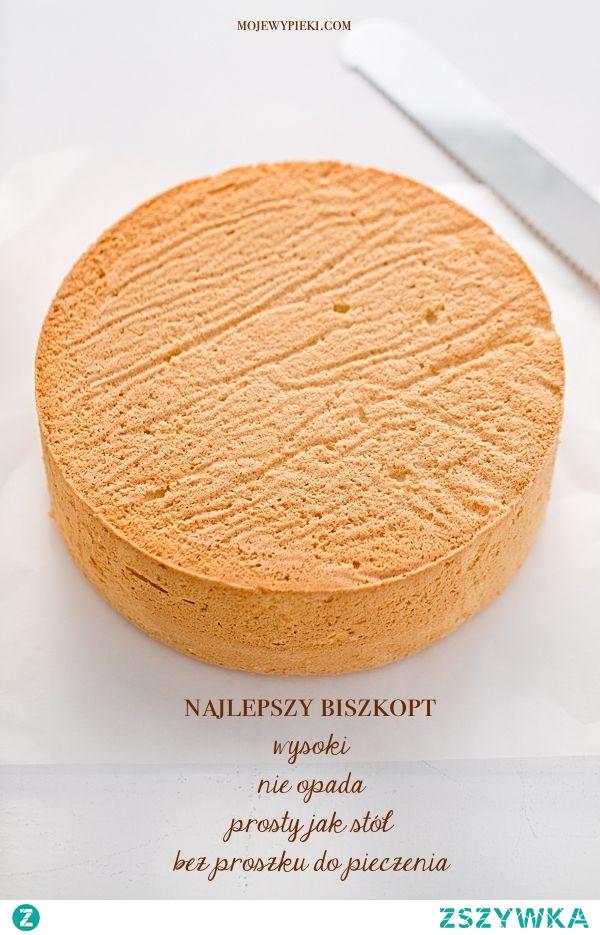 W tortownicy o średnicy 23 cm biszkopt osiąga wysokość 7 cm (jak na zdjęciach, mam wysoką formę). W klasycznej tortownicy o średnicy 25 cm i wysokości 5 cm wyrasta po same brzegi formy, czyli ma wysokość 5 cm. Składniki na biszkopt: 5 jajek 3/4 szklanki drobnego cukru do wypieków 3/4 szklanki mąki pszennej (tortowej) 1/4 szklanki mąki ziemniaczanej /uwaga: szklanka o pojemności 250 ml/ Wszystkie składniki powinny być w temperaturze pokojowej. Mąkę i skrobię przesiać. Białka oddzielić od żółtek, ubić na sztywną pianę (uważając, by ich nie 'przebić'). Pod koniec ubijania dodawać partiami cukier, łyżka po łyżce, ubijając po każdym dodaniu. Dodawać po kolei żółtka, nadal ubijając. Do masy jajecznej wsypać przesianą mąkę. Delikatnie wymieszać do przy pomocy szpatułki lub rózgi kuchennej, by składniki się połączyły. Składniki wmieszane szpatułką spowodują, że biszkopt będzie bardzo puszysty i wypełni formę wyrastając do wysokości jej boków. Wymieszanie składników szpatułką jest również metodą najbezpieczniejszą, nie należy mieszać przy pomocy miksera. Tortownicę o średnicy 23 - 25 cm wyłożyć papierem do pieczenia (samo dno), nie smarować boków. Delikatnie przełożyć ciasto, wyrównać. Piec w temperaturze 160 - 170ºC przez około 35 - 40 minut lub do tzw. suchego patyczka. Gorące ciasto wyjąć z piekarnika, z wysokości około 30 cm upuścić je (w formie) na podłogę, wystudzić w temperaturze pokojowej. Wystudzony, przekroić na 3 - 4 blaty. Uwaga: boki biszkoptu oddzielamy nożykiem od formy dopiero po jego wystudzeniu. Co robić, jeśli biszkopt nie wyrasta lub opada po upieczeniu? Prześledź sposób wykonania, co mogłeś zrobić inaczej? Czy dobrze odmierzyłeś mąkę i pozostałe składniki? Może użyłeś innej mąki niż pszennej? Czy prawidłowo ubiłeś białka (nie przebiłeś)? A może mało delikatnie wymieszałeś je z pozostałymi składnikami i białka opadły? Biszkopt jest bez dodatku proszku do pieczenia i rośnie tylko dzięki prawidłowo ubitym białkom.