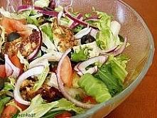 Sałatka z kurczakiem Składniki na sos:  1/4 szklanki oliwy 1/8 szklanki soku jabłkowego łyżka majonezu biały ocet winny  Oliwę, sok jabłkowy i majonez wymieszać z octem do smak...