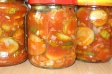 Sałatka z ogórków w pomidorowej zalewie na zimę