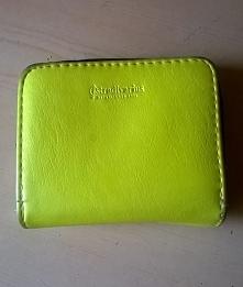 Ten mały, żółty portfelik firmy Stradivarius kupiłam w diorze za 5 złoty :) W sam raz do małej torebki ;)
