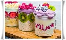 Mam dla Ciebie szybki pomysł na pożywne i zdrowe śniadanie, które jest idealnym rozwiązaniem na upalne poranki. To też idealna propozycja dla tych którzy biorą swoje śniadanie n...