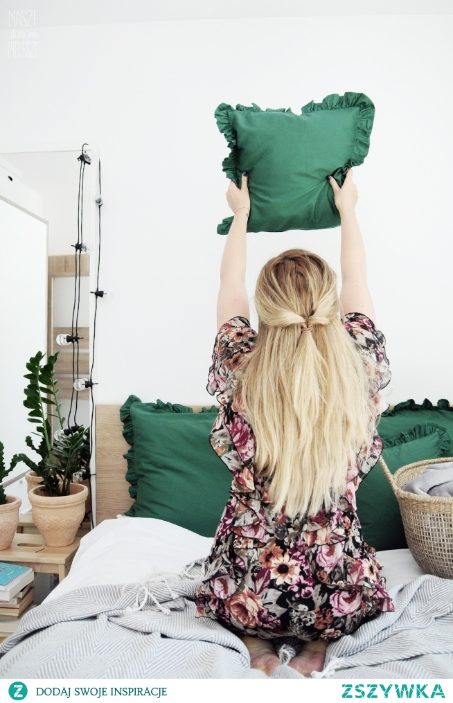 Poduszki w kolorze butelkowa zieleń z falbankami - jak Wam się podobają?   Dostępne w rozmiarach: 40x40 50x60 70x80