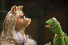 1976 -serial muppety, panna Piggy czarująca świnka, zakochana w Kermicie. Wes...