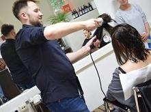 Zapraszamy serdecznie na wywiad z Łukaszem Sabelą, naszym fryzjerem i stylista w salonie fryzjerskim Bo Włos Ma Swój Głos