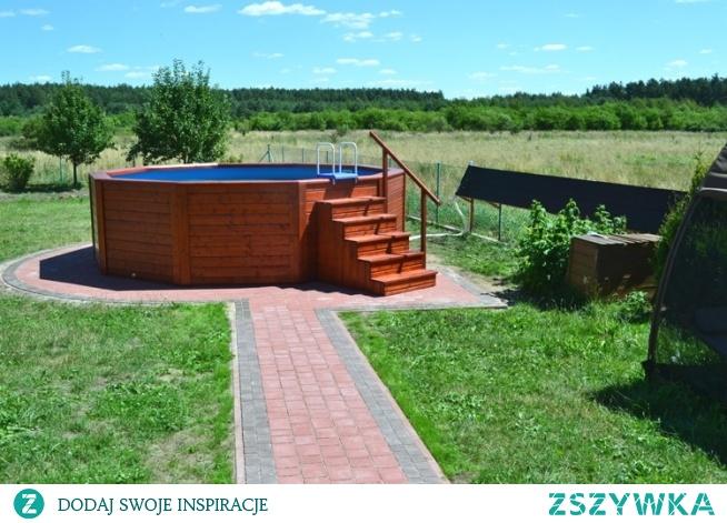Okrągły basen drewniany o średnicy 5 metrów i wysokości 130 cm. Producent: TAPIS.PL