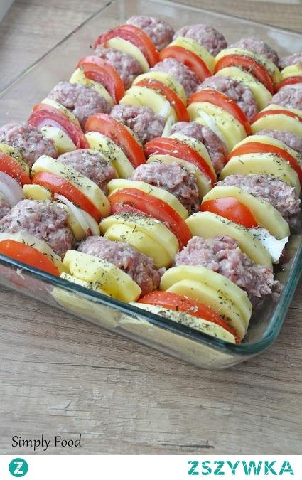 Składniki na ok. 4-5 porcji: 1 kg mięsa mielonego 4 ząbki czosnku 2 łyżki mąki ziemniaczanej przyprawa do mięsa mielonego 3-4 spore ziemniaki 2 pomidory 2 średnie cebule ok. 20 plasterków salami sól, zioła prowansalskie Sos pomidorowy: puszka pomidorów 2-3 łyżki koncentratu pomidorowego 2 łyżki pikantnego keczupu 0,5 łyżeczki cukru 1 łyżeczka słodkiej papryki w proszku 1 łyżeczka ziół prowansalskich sól, pieprz ok. 50 ml wody    Mięso mielone wymieszać z przeciśniętym przez praskę czosnkiem, mąką ziemniaczaną oraz przyprawą do mięsa mielonego i ulepić średniej wielkości kotleciki. Obrać ziemniaki i cebulę. Wraz z pomidorem pokroić je w plasterki.     Naczynie do zapiekania natłuścić olejem lub oliwą i tak jak jest to widoczne na zdjęciu powyżej poukładać pionowo, naprzemiennie kotleciki, ziemniaki, cebulę, pomidory oraz salami. Warzywa posypać ziołami prowansalskimi. Piec ok. 50 minut w temperaturze 190 stopni C.    W międzyczasie przygotować sos pomidorowy. Do wysokiego naczynia wrzucić pomidory z puszki, koncentrat, keczup, cukier, słodką paprykę w proszku, zioła, sól oraz pieprz i wszystko dokładnie zblendować. Na koniec dodać wodę. Po podanym wyżej czasie pieczenia sos wylać równomiernie na  mięso i warzywa. Zapiekać jeszcze 25 minut w temperaturze 190 stopni C.