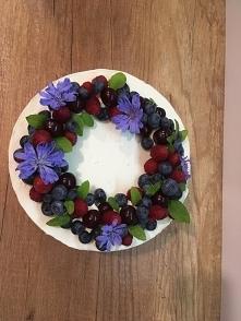 Tort dekorowany owocami i k...