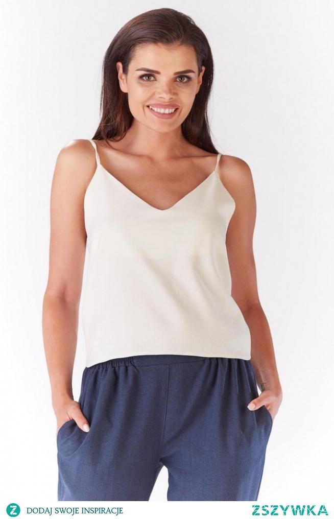 Delikatna bluzeczka na ramiączkach to uniwersalny produkt, który pasuje do luźnej jak i tej bardziej eleganckiej stylizacji.
