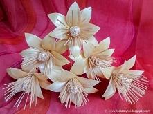 Kwiaty ze słomy prasowanej