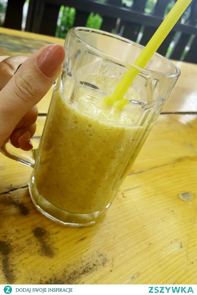 Koktajl na zaparcia : - plaster ananasa - sok z pomarańczy - 1/2 jabłka - 100 ml wody - łyżka siemienia lnianego - łyżka otrębów pszennych :)