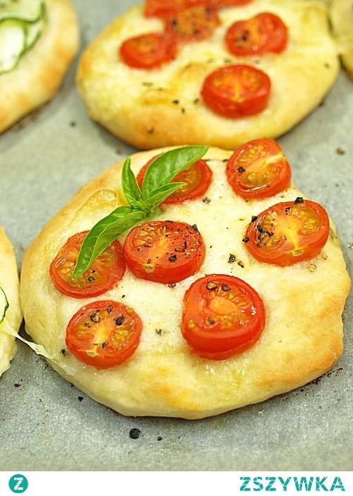 Podwieczorek: 2 mini pizzerinki. Składniki na 6 pizzerinek - ciasto: 300g mąka pszenna, 15g drożdże w proszku instant, 5g sól, 200g ciepła woda, 20g oliwa. Do miski przesiać mąkę, dodać drożdże, sól i wymieszać. Stopniowo wlewać ciepłą wodę i oliwę jednocześnie mieszając delikatnie łyżką. Następnie zgnieść miękkie ciasto, wyrabiać starannie przez około 15 minut, aż będzie elastyczne i nie będzie się kleiło. Zostawić w misce pod przykryciem ze ściereczki do wyrośnięcia na około 45 minut. W miedzyczasie przygotować dodatki oraz mocno nagrzać piekarnik w maksymalnej temperaturze (250 - 300 stopni C). Ciasto wyłożyć na stolnicę, połączyć w kulę, podzielić na 6 kawałków. Każdy kawałek rozpłaszczyć w dłoniach rozciągając ciasto (a nie wałkując wałkiem!), na okrąg o średnicy około 12-15 cm. Starać się nie robić tego zbyt długo. Placki ułożyć na blaszce pokrytej papierem do pieczenia, posypanym mąka, by mogły sie swobodnie przesuwać. Na placuszki położyć plastry pomidorków, plaster sera mozzarella i liść bazylii. Piec do lekkiego zarumienienia się brzegów pizzy, ok. 8 minut.