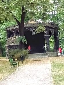 Łódzki park Helenów - grota (altana) z lawy wulkanicznej. Ulubione miejsce zakochanych.