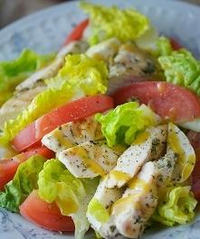 Kolacja: Sałatka z indykiem. Posiłek można podać w formie tradycyjnych kanapek, jeśli sałatka byłaby nieakceptowana, zamiast oliwy masło. 50g mięso z piersi indyka bez skóry, 50...