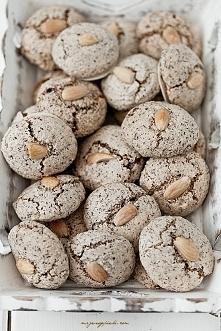 Makaronikowe czekoladowe ciasteczka świąteczne  Składniki na około 60 sztuk:      4 białka (z dużych jajek)     szczypta soli     200 g drobnego cukru do wypieków lub cukru pudr...